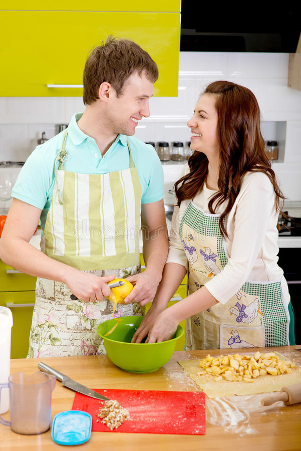 Torta de maçã do cozimento do casal na cozinha em casa fotos de stock