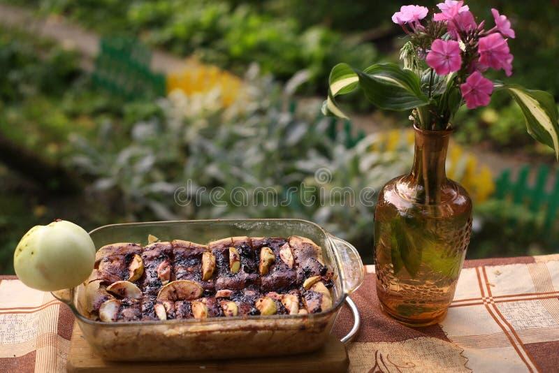 Torta de maçã do retângulo com a maçã inteira no fim de vidro da bandeja acima da foto com flox imagem de stock