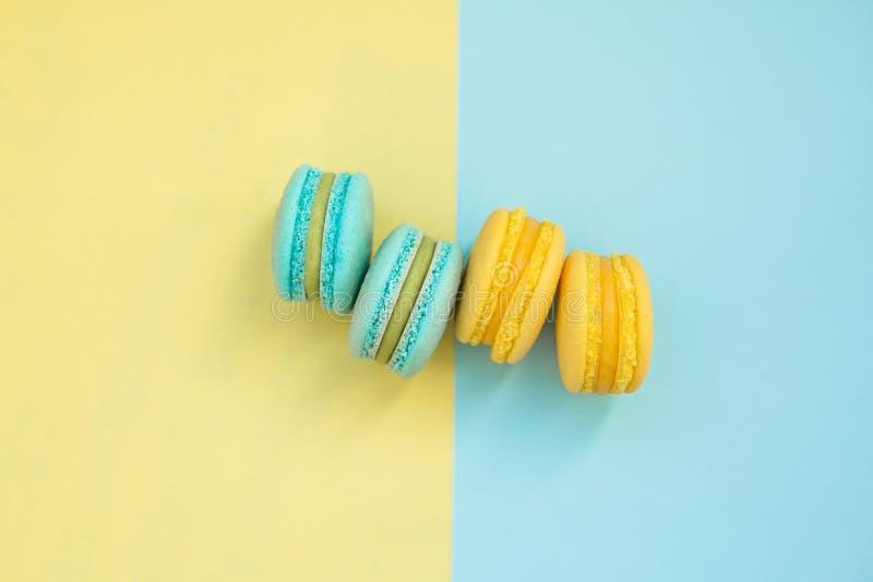 Torta de Macarons, endecha plana de la visión superior, modelo hecho a mano en fondo amarillo y azul Conceptos sobre la decoració fotografía de archivo libre de regalías