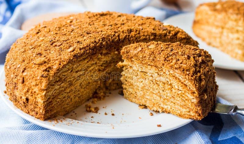 Torta de miel con la impregnación poner crema de las tortas de frutas, postre dulce imagen de archivo libre de regalías