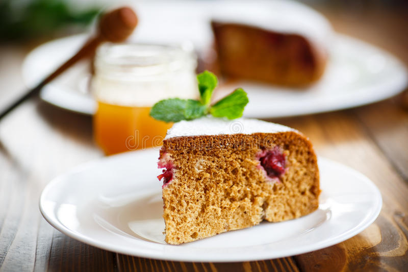 Torta de miel dulce con las cerezas imagen de archivo