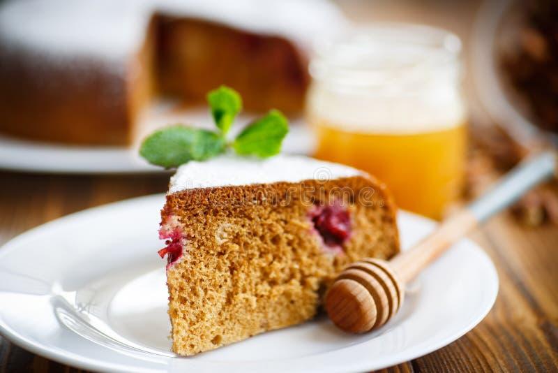 Torta de miel dulce con las cerezas fotos de archivo