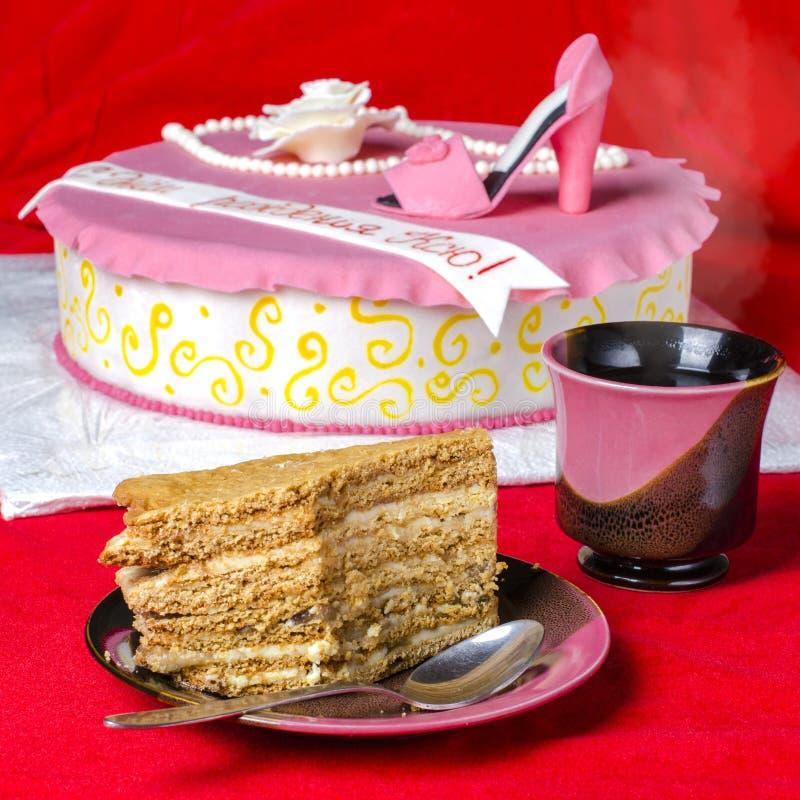 Torta de miel sabrosa cortada imagen de archivo