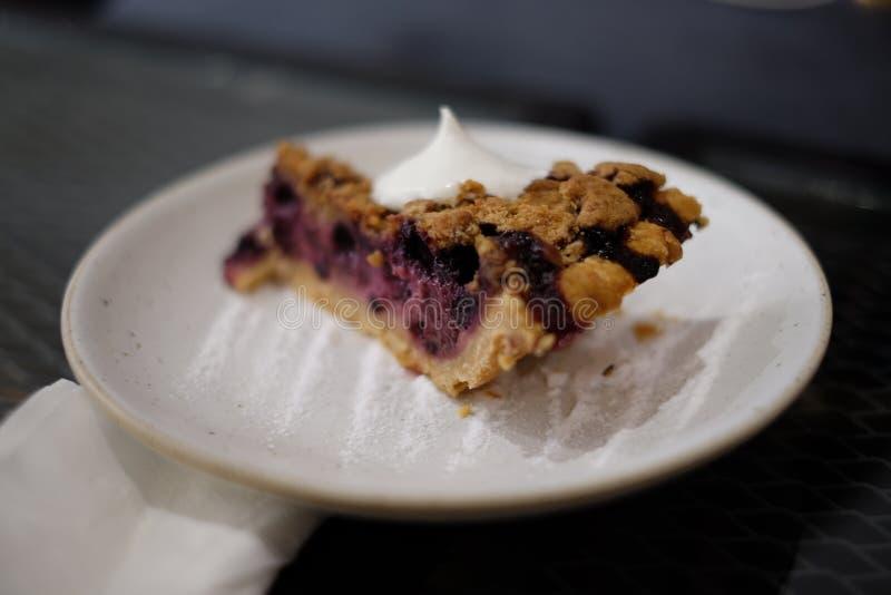 Torta de mirtilo caseiro em uma placa imagem de stock