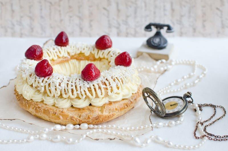Torta de París-Brest con las fresas fotografía de archivo