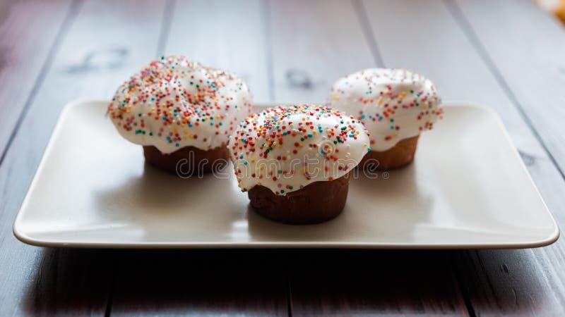 Torta de Pascua con helar del blanco y bolas coloreadas fotografía de archivo libre de regalías