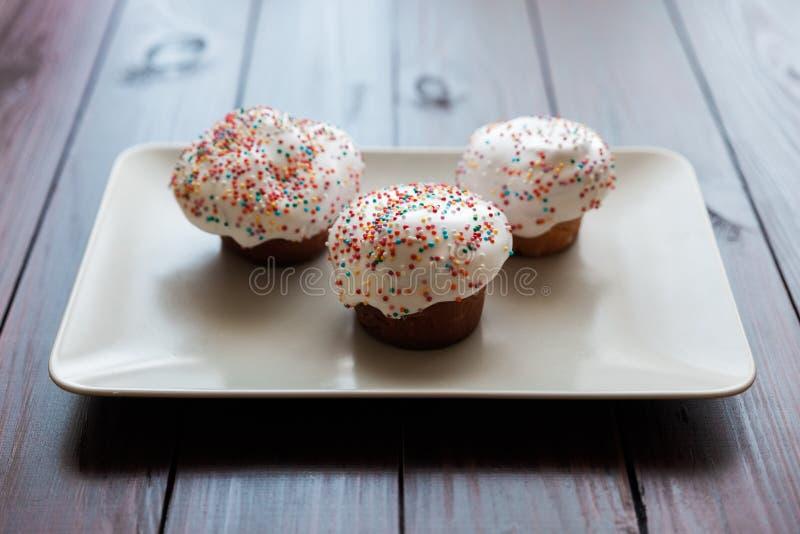 Torta de Pascua con helar del blanco y bolas coloreadas fotos de archivo