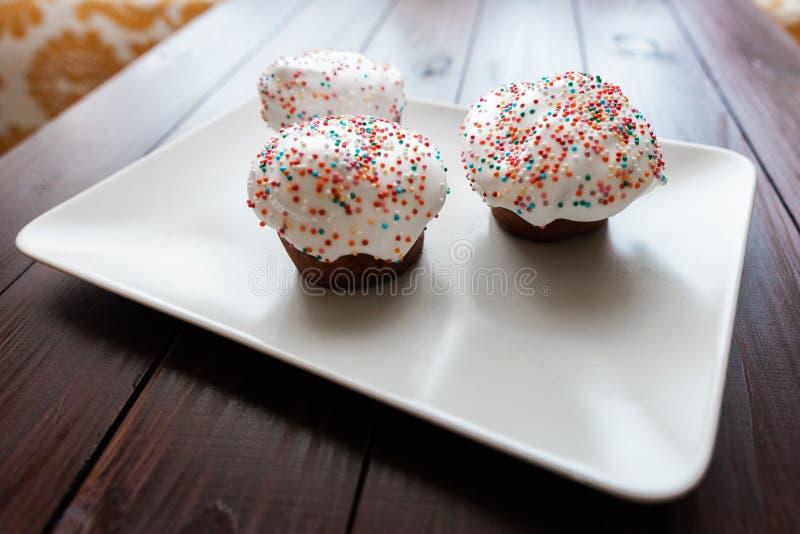 Torta de Pascua con helar del blanco y bolas coloreadas fotos de archivo libres de regalías