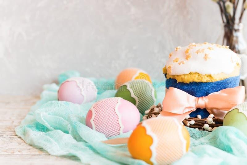 Torta de Pascua con la formación de hielo y los huevos de Pascua blancos en un fondo ligero foto de archivo