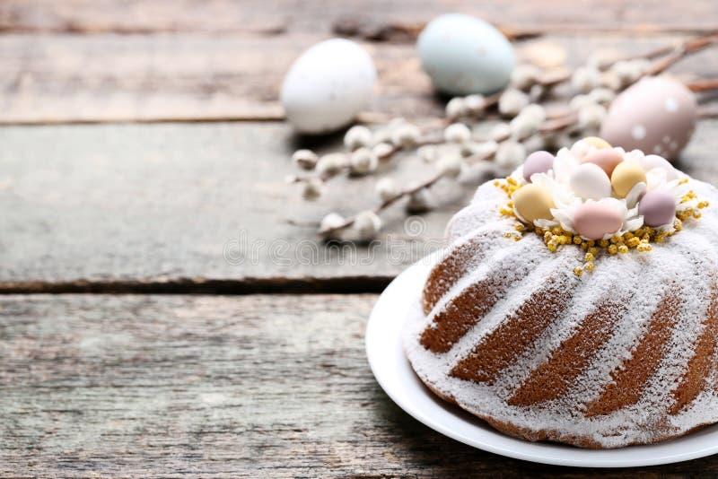 Torta de Pascua con los huevos fotos de archivo libres de regalías