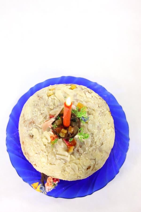 Torta de Pascua con una vela para Pascua fotos de archivo