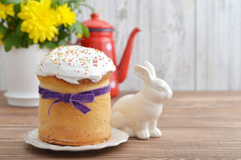Torta de Pascua en la placa foto de archivo libre de regalías