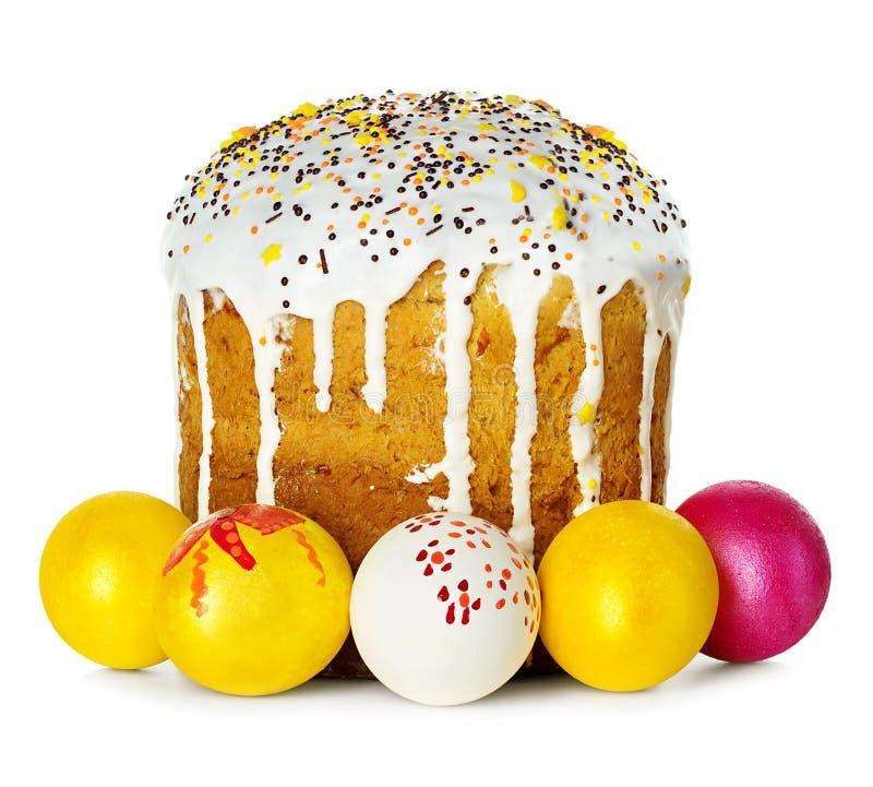 Torta de Pascua y huevos de Pascua aislados imagenes de archivo