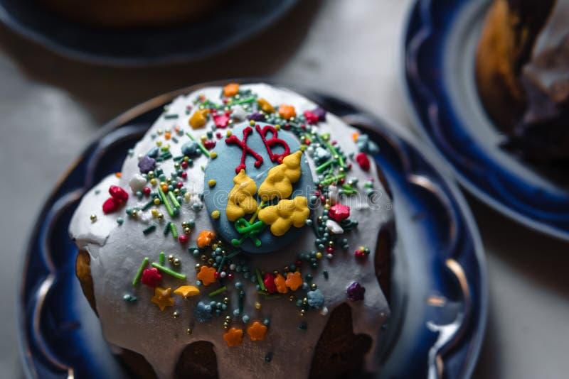 Torta de Pascua y huevos pintados en la tabla de madera Composici?n festiva en el estilo r?stico, primavera Endecha plana, fondo  imagenes de archivo