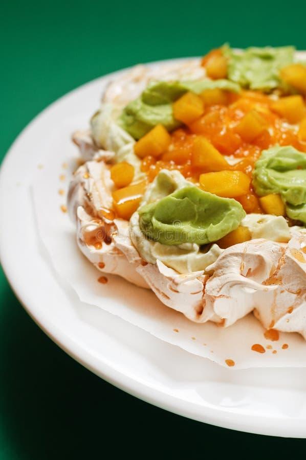 Torta de Pavlova con el aguacate y el mango imágenes de archivo libres de regalías