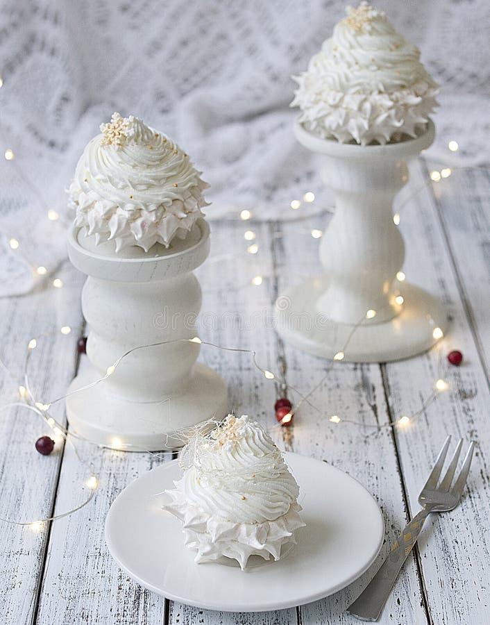 Torta de Pavlova con las fresas y la formación de hielo del chocolate Concepto del `s del Año Nuevo Concepto celebrador Torta de  fotos de archivo libres de regalías