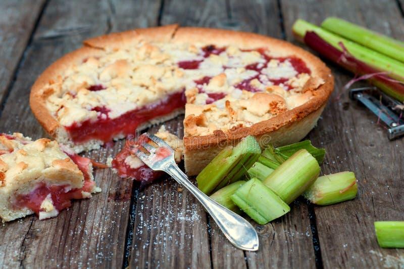 Torta de rhubarb parcialmente comida com forquilha foto de stock royalty free