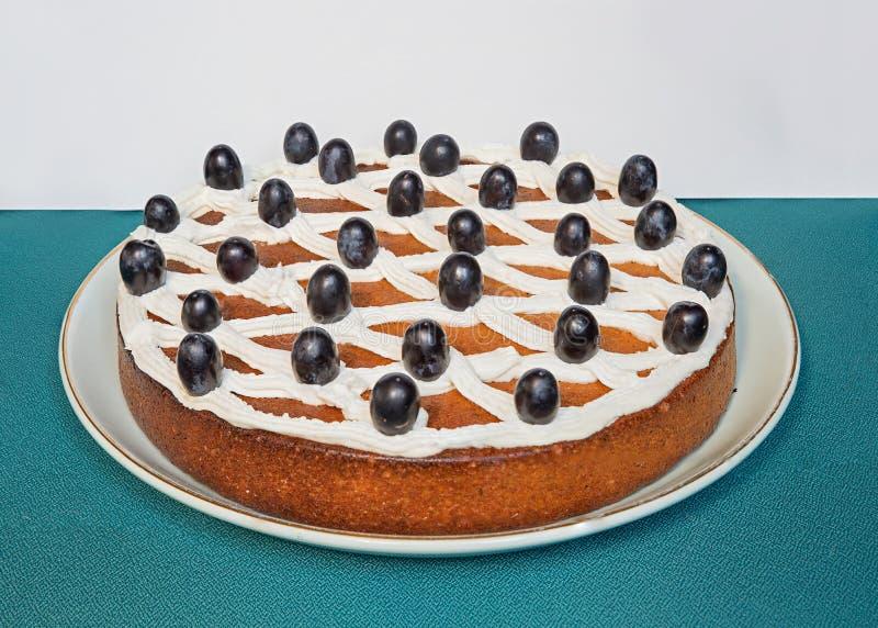 Torta de zanahoria con crema y uvas fotos de archivo