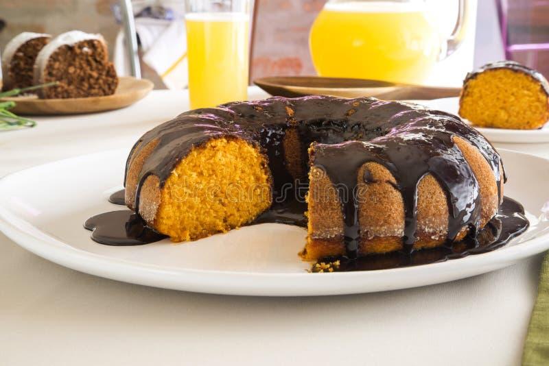 Torta de zanahoria con el chocolate y rebanada en el pornhub de la pornografía de la tabla imágenes de archivo libres de regalías