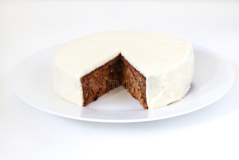 Torta de zanahoria con la formación de hielo de las nueces, del queso cremoso y del azúcar foto de archivo
