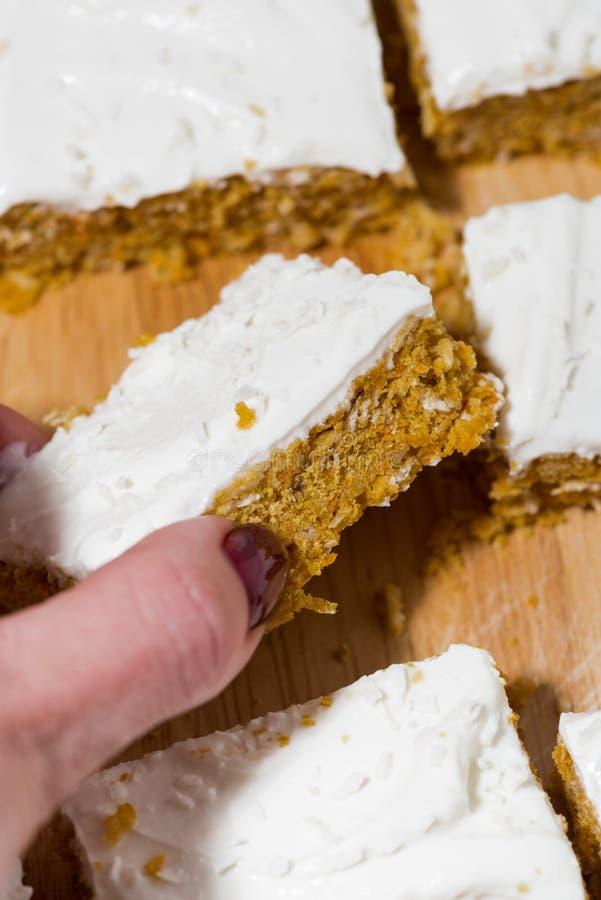Torta de zanahoria con la formación de hielo, primer vertical foto de archivo libre de regalías