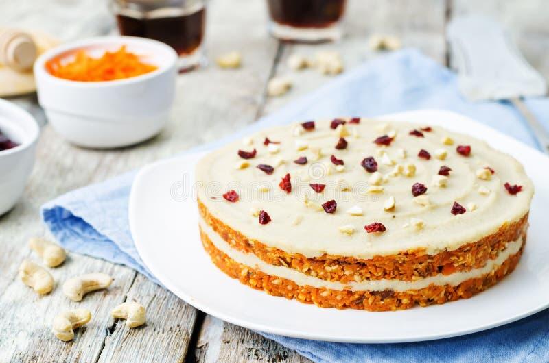 Torta de zanahoria cruda del vegano con crema del anacardo y arándanos secados imagen de archivo