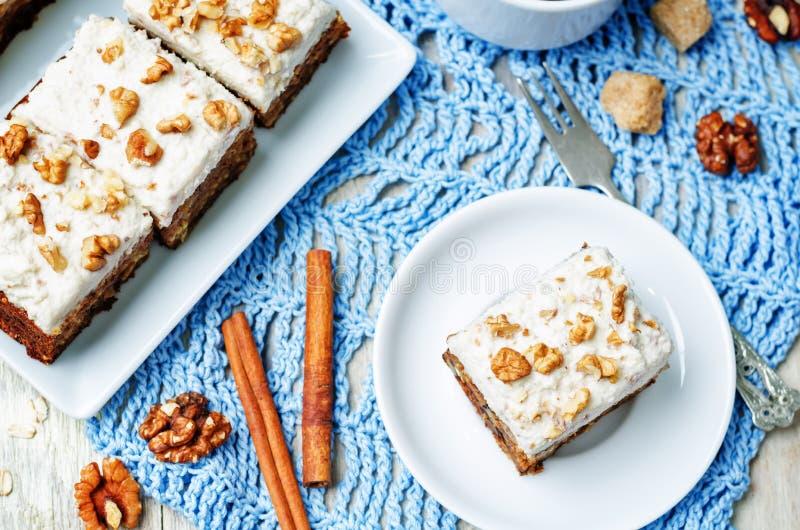 Torta de zanahoria de las nueces del vegano con helar poner crema del anacardo foto de archivo libre de regalías