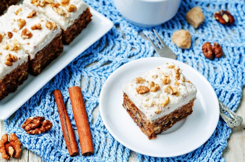 Torta de zanahoria de las nueces del vegano con helar poner crema del anacardo fotos de archivo