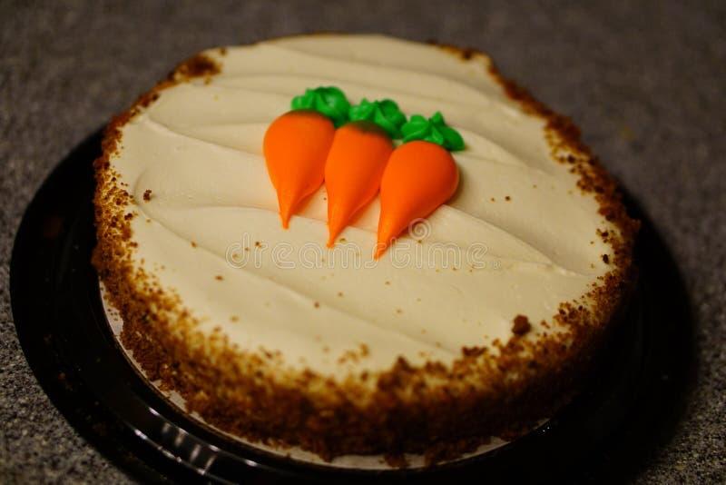 Torta de zanahoria en contador imagen de archivo