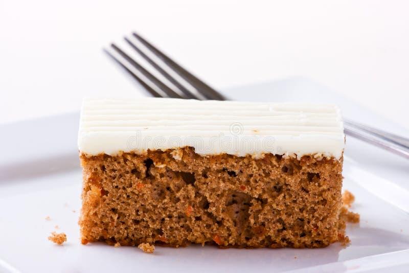Torta de zanahoria en la placa blanca. Profundidad del campo cetrina fotos de archivo