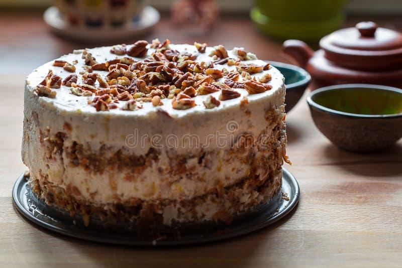 Torta de zanahoria Gluten-libre hecha en casa de Paleo en fondo de madera oscuro imagen de archivo libre de regalías