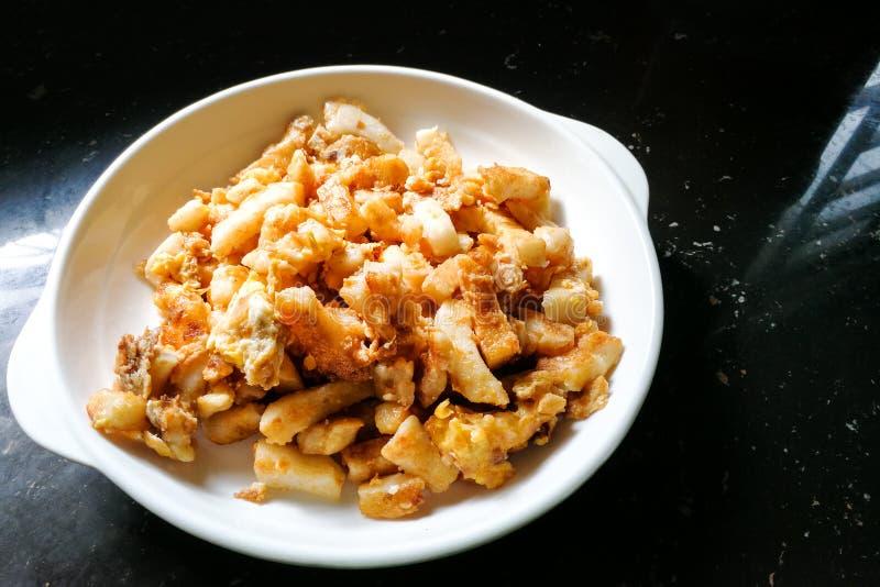 Torta de zanahoria o Cai Tau Kueh frita, delicadeza popular de Malasia imagen de archivo
