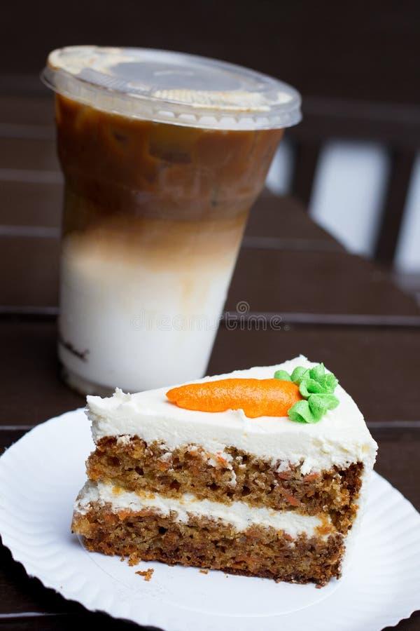 Torta de zanahoria y café de hielo imagen de archivo