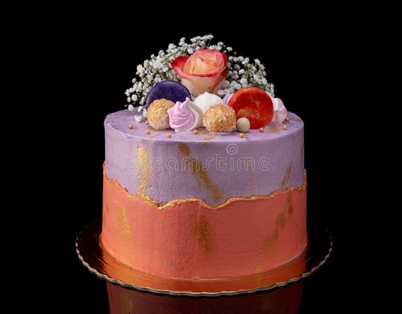 Torta decorativa elegante con las flores y las melcochas En los d?as de fiesta fotografía de archivo
