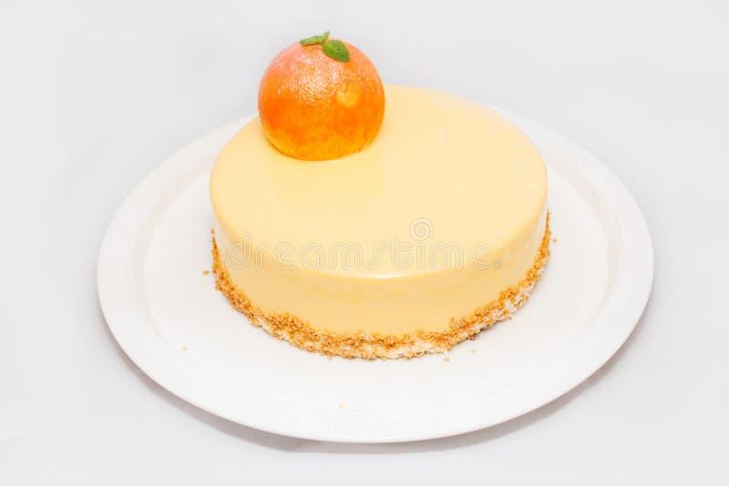 Torta del albaricoque con una fruta en la placa blanca fotografía de archivo libre de regalías