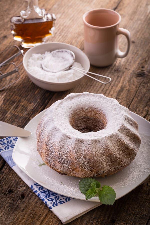 torta del anillo, azúcar y jarabe de arce imagenes de archivo