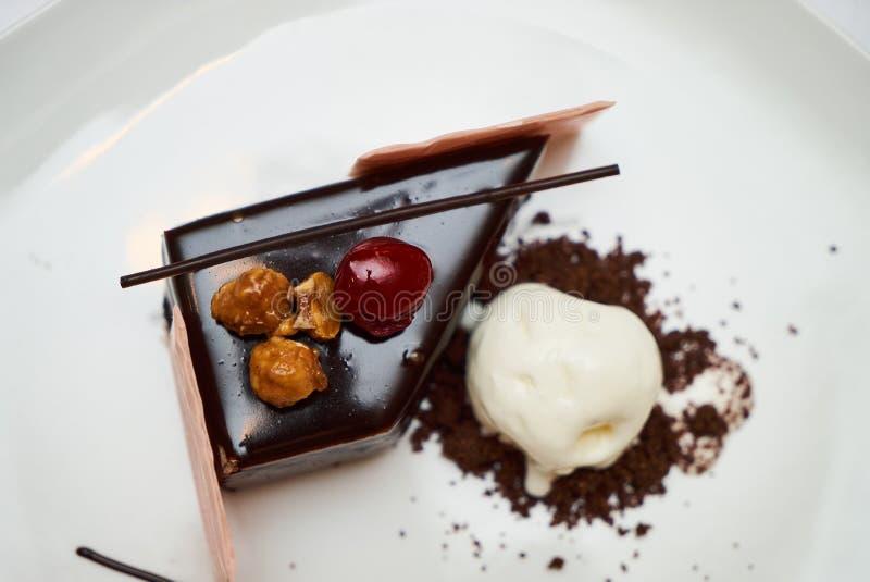 Torta del bosque negro con la cereza, helado de la vainilla fotos de archivo libres de regalías