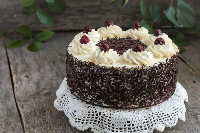 Torta del bosque negro, empanada de Schwarzwald, chocolate oscuro y postre de la cereza en fondo de madera foto de archivo libre de regalías