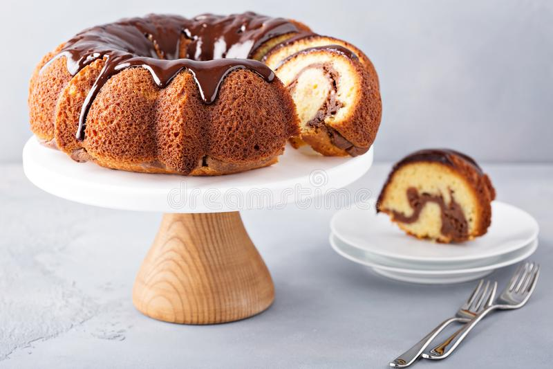 Torta del bundt de la vainilla con el relleno del pastel de queso fotos de archivo