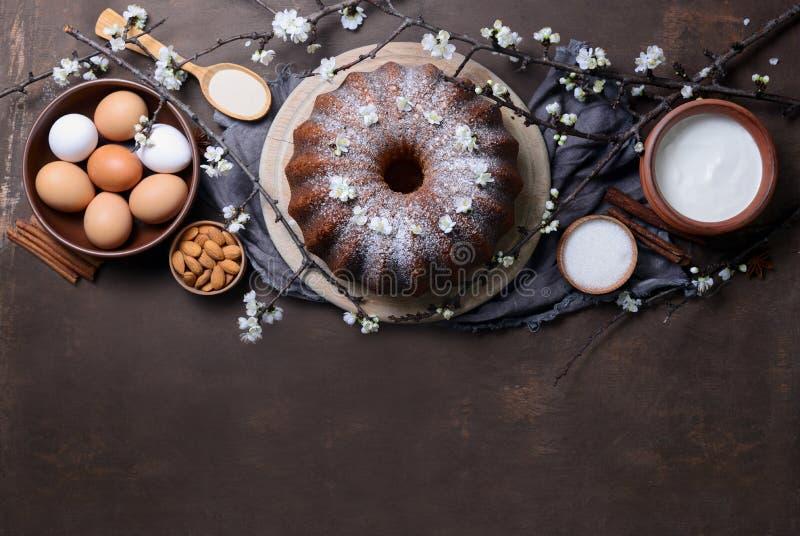 Torta del bundt de Pascua con los ingredientes fotos de archivo libres de regalías