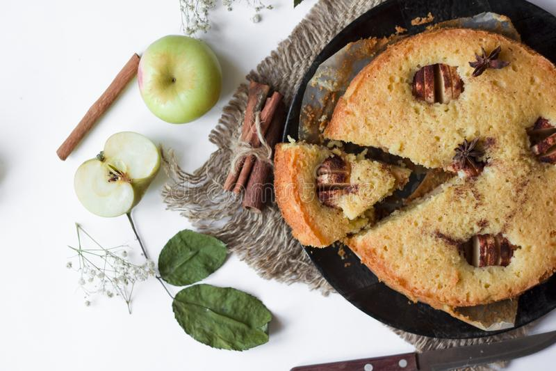 Torta del canela de Apple, palillos de canela, manzanas en la tabla imagen de archivo libre de regalías
