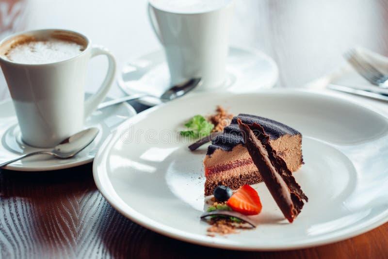 Torta del caramelo, postre de la crema batida en una placa Fondo de piedra gris imagen de archivo libre de regalías