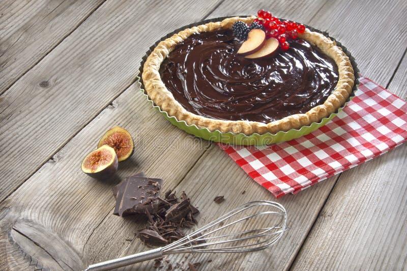 Torta del cioccolato su una tabella di legno immagini stock