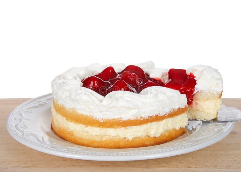 torta del cortocircuito de la fresa en la placa con la rebanada que es sacada fotografía de archivo