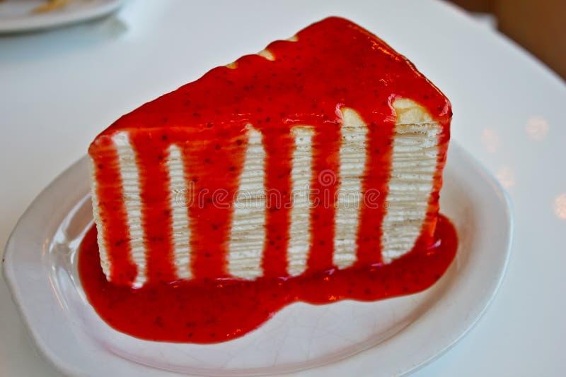 Torta del Crape con el jarabe de fresa foto de archivo libre de regalías