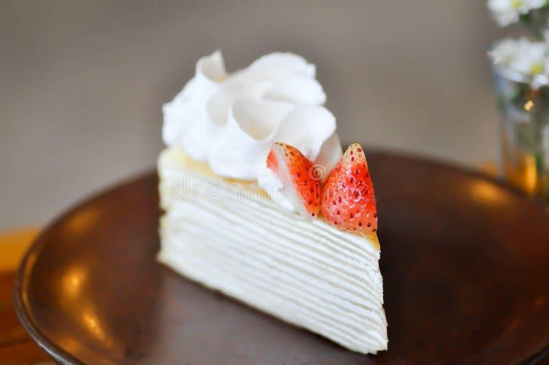 Torta del crespón de la torta o de la fresa del crepé foto de archivo