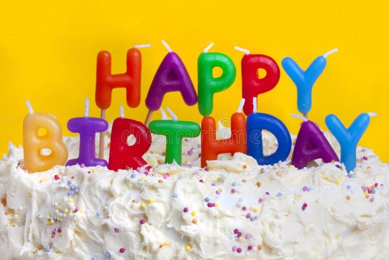 Torta del feliz cumpleaños con el mensaje imagenes de archivo