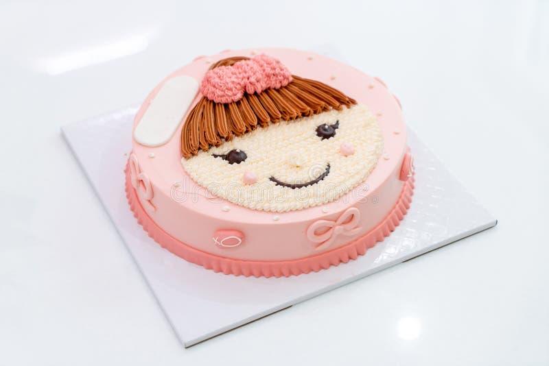 torta del feliz cumpleaños con la muchacha en la torta superior imágenes de archivo libres de regalías