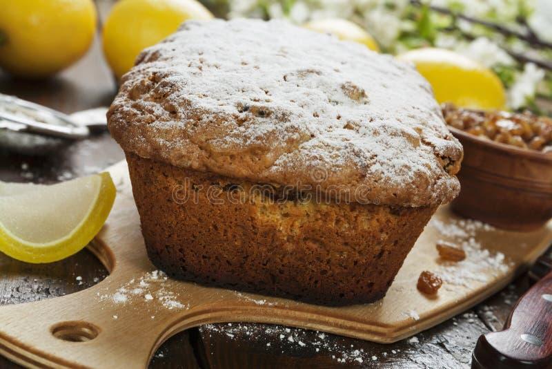 Torta del limón con el polvo del azúcar imagenes de archivo