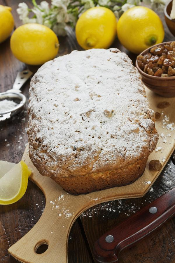 Torta del limón con el polvo del azúcar fotografía de archivo